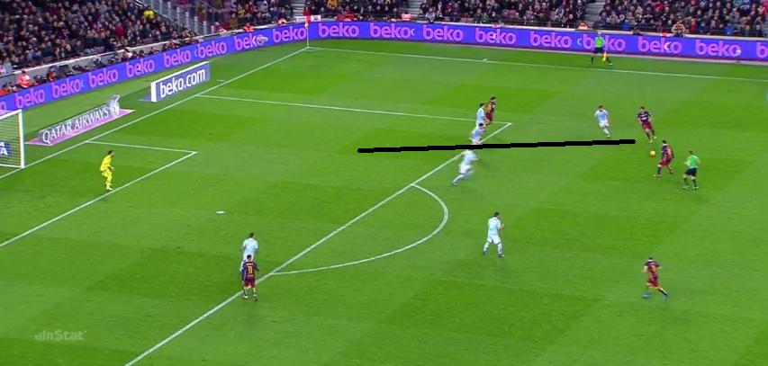 Suarez gab Balance auf dem rechten Flügel, behauptet den Ball und spielt ihn zu Messi. Direkt nach dem Pass startet er in die Tiefe und erhält den Ball vor dem Tor wieder.