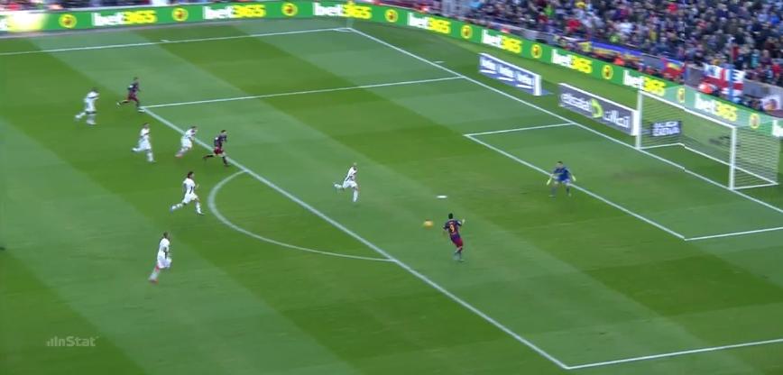 Neymar findet Suarez, Messi bewegt sich schneller als die anderen und hat viel Raum vor sich, den Suarez direkt bespielt.