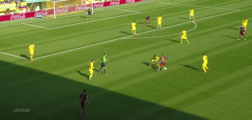 Suarez rastet sich vorne aus, Neymar geht in ein isoliertes Dribbling, die Positionsstruktur ist suboptimal.